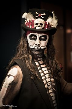 46 Impressive Pirate Makeup Ideas For Halloween Party To Try Asap - Applying pirate style makeup for pirate girls costume can complete the outfit to perfection. By using a makeup technique of smoky eyes and bronze eye . Doctor Halloween Costume, Voodoo Costume, Voodoo Halloween, Pirate Halloween, Hallowen Costume, Halloween 2017, Holidays Halloween, Halloween Themes, Halloween Party