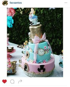 """16 curtidas, 3 comentários - WonderFestas (@wonderfestas) no Instagram: """"Nosso bolo divo!!! Da nossa Alice versão ouro!!! #wonderfestas #alicenopaisdasmaravilhas…"""""""