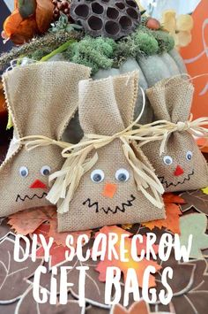 Scarecrow Burlap Gift Bags Scarecrow Burlap Gift Bags are the cutest for trick or treat bags or classroom treats! Learn how to make them in few simple steps! The post Scarecrow Burlap Gift Bags appeared first on Halloween Treats. Halloween Goodie Bags, Halloween Class Party, Halloween School Treats, Halloween Gifts, Diy Halloween Trick Or Treat Bags, Halloween Snacks, Halloween Stuff, Vintage Halloween, Halloween Makeup
