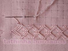 Eu uso o tecido para pintar da Estilotex, pois é fácil de desfiar. Desfiar 1 fio e deixar 12 fios na vertical e desfiar 1 fio e deixar 9 fi. Hardanger Embroidery, Embroidery Stitches, Embroidery Patterns, Hand Embroidery, Cross Stitch Patterns, Swedish Weaving, Drawn Thread, Types Of Embroidery, Quilt Stitching