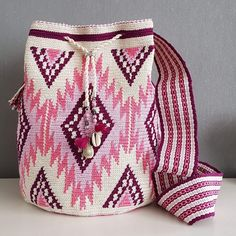 Mochila made Byloko Diy Crochet Patterns, Tapestry Crochet Patterns, Yarn Projects, Crochet Projects, Mochila Crochet, Tapestry Bag, Boho Bags, Crochet Handbags, Knitted Bags