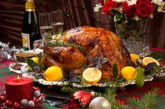Esta receta de pavo de navidad se rellena con una mezcla de carne molida con sabores a tocino, jamón serrano y manzanas picadas. El color bonito del dorado del pavo se consigue con un soplete o antorcha culinaria.