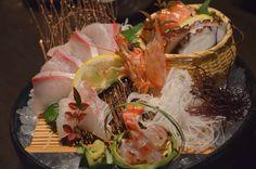 刺身 盛り付け Sushi Burger, My Sushi, Japanese Sashimi, Japanese Food, Sushi Pictures, Sushi Donuts, Fish Garden, Sashimi Sushi, Sushi Plate