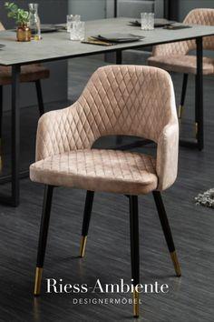 Du suchst für Deinen Esstisch noch nach Stühlen die sowohl bequem als auch stylisch sind? Dann sind unsere Samtstühle aus der Serie PARIS vielleicht genau die richtige Wahl für Dich. Die Sitzschale ist mit einem hochwertigen Samtbezug bezogen und verfügt über eine Ziersteppung, die die gesamte Rückenlehne und die Sitzfläche bedeckt. Die schwarzen Füße bilden hierzu einen schönen Kontrast und sind mit goldenen Spitzen veredelt.