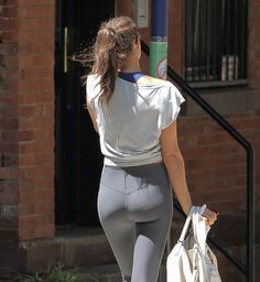 Irina Shayk – booty and cameltoe in tights, after a gym session in West Village