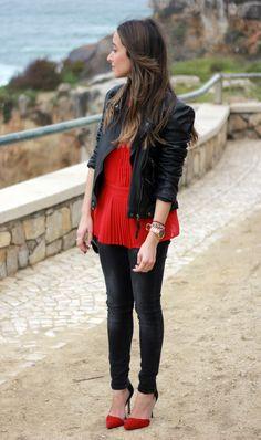 Chaqueta perfecto negra, blusa roja