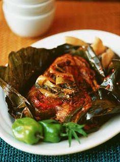 Una comida muy popular en Yucatan es Pollo Pibil. Pollo Pibil contiene el jugo de naranja, el ajo, el sal, el comino, y el grano de pimienta. El pollo hornea después de ell pollo envuelve en las hojas de plátanos.