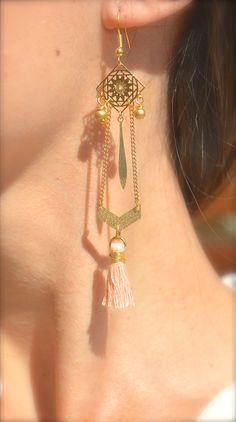 Boucles d'oreille carré et chevron doré, pompon rose pâle -Bijoux ENORA-
