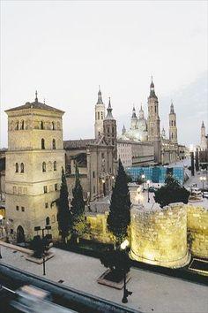 Torreón de la Zuda, muralla romana, San Juán de los Panetes, Basilica del Pilar y La Seo al fondo