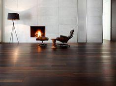 parquet en bois stratifié wengé et fauteuil Eames avec ottoman