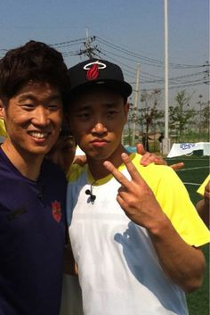 Gary takes proof shot with Park Ji Sung on the set of 'Running Man' #allkpop