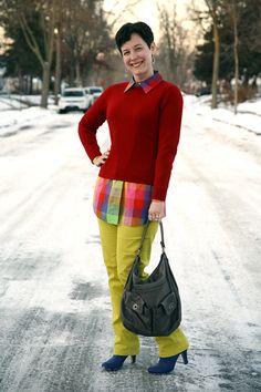 #Abrigo rojo, túnica multicolor, pantalón amarillo y #botines azules. Combinación de @Already Pretty.