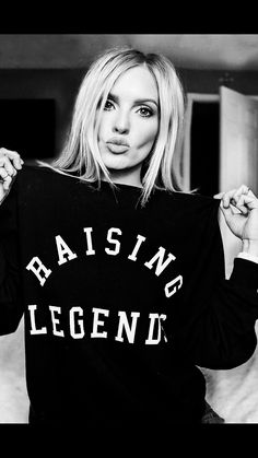 he womens Raising Legends Forever Sweatshirt is our coziest sweatshirt yet. Perfect for sideline life, this sweatshirt will keep you warm on cool days. Handcrafted in Los Angeles from 100 US cotton this sweatshirt gets better with time. Vinyl Shirts, Mom Shirts, Mode Style, Style Me, Jean Straight, Jeans Skinny, Mode Outfits, Dress Me Up, Autumn Winter Fashion