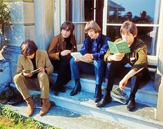 George Harrison, John Lennon, Ringo Starr and Paul McCartney John Lennon, Ringo Starr, George Harrison, Paul Mccartney, The Beatles, Beatles Photos, Beatles Band, Celebrities Reading, The Fab Four