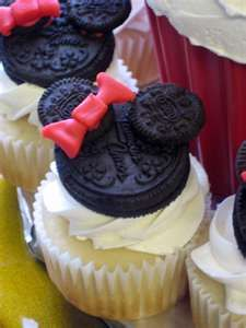 Minnie Mouse cupcakes...CUTE idea for kids birthday parties, or the oreo lovers out there!
