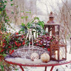 Wenn eine Schneeschicht Garten und Terrasse bedeckt, werden kleine Dekorationen in der weißen Pracht zu leuchtenden Farbtupfern.