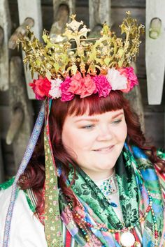Kronbrud. Bride in full costume. Västbo härad, Unnarydsdräkten, bröllop, folkdräkt, dräktsilver, dräktsmycken, sidenband, sidensjal, brudkrona, guldsmide, silversmide.