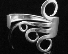 Dieses einzigartige Silber Gabel Armband wurde handgefertigt aus recycelten, Antik Silber versilbert Gabel. Dieses Armband ist ein Schmuckstück Art, die sicherlich zu eine Gespräch zu beginnen. Es wäre ein wunderbares Geschenk oder eine tolle Andenken machen.  Dieses Armband wurde gebogen und gereinigt mit ungiftigen Materialien. Es wurde mit einem biologisch abbaubaren Silber Lack poliert. Alles von MarchelloArt erfolgt in einer ökologisch und sozial verantwortungsvoll. Dieses Armband ist…