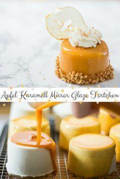 Apfel Karamell Mirror Glaze Törtchen – ein glänzendes Mirror Glaze Törtchen, gefüllt mit Sahne Quark Creme, Apfel und einem saftigen Vanilleboden via @heissehimbeeren