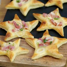 Flammekueche stars - Playful and delicious, try the recipe for fast Flammekueches in the shape of stars with bacon and f - Christmas Snacks, Xmas Food, Christmas Appetizers, Noel Christmas, Different Chicken Recipes, Cooking Recipes, Healthy Recipes, Snacks Für Party, Creative Food