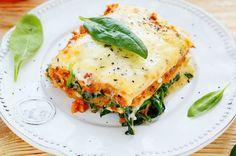İtalyan kökenli lazanyayı sadece mevsim sebzelerini kullanarak da hazırladığınız domates ve beşamel sos eşliğinde sunabilirsiniz.