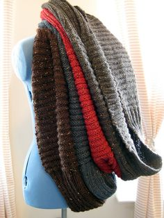 Nottingham ribbed cowls - free knitting pattern.  A bulky, lofty infinity scarf that features alternating welted and ribbed sections.