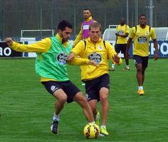 El defensa central pugna con Álex por un balón durante la sesión de entrenamiento de ayer pedro puig