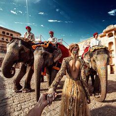 Vẻ đẹp Ấn Độ qua bộ ảnh 'Nắm tay em đi khắp thế gian'  Lăng mộ Taj Mahal, thành phố cổ Varanasi, cung điện của gió Hawa Mahal là điểm dừng chân ở Ấn Độ để chụp bộ hình nắm tay nhau của nhiếp ảnh gia Murad Osmann cùng bạn gái.  #dulichvietnam #24hdulich #tintucdulich #sotaydulich #camnangdulich�