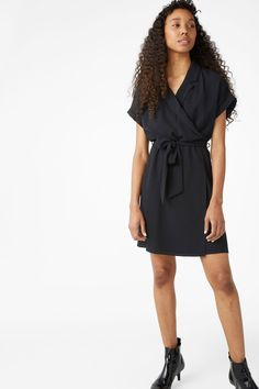 A flowy short-sleeved wrap dress with a classic cut. Make a bow and you're good to go 3 In a size small the chest width is 112 cm and the length is 92 cm.