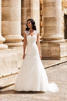 Moderne look en prachtige detaillering dat vind je in de bruidscollectie van Marylise