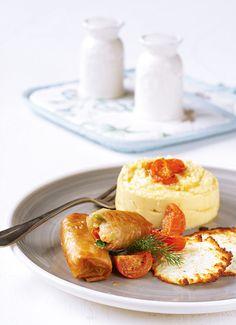 Η φάβα γίνεται αρωματική κρέμα για να συνοδεύσει τραγανά ρολάκια γεμισμένα με γαρίδες και μυρωδικά. Θα τη γαρνίρετε με τσιπς φέτας που γίνονται στο λεπτό καθώς και με ψητά ντοματίνια, που θα δώσουν χρώμα στο πιάτο.
