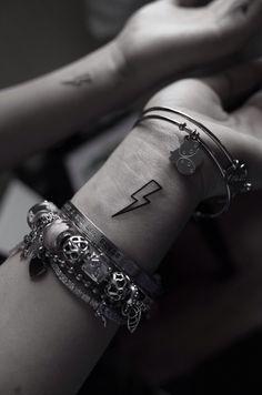 Thunderbolt fulmine tattoo ⚡️ - Informations About Thunderbolt fulmine tattoo ⚡️ Pin You can e - Mommy Tattoos, Dainty Tattoos, Friend Tattoos, Unique Tattoos, Little Tattoos, Mini Tattoos, Cute Tattoos, Body Art Tattoos, Tatoos
