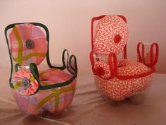 Porta Agulhas Reciclado - Artesanato na Rede Doll furniture out of plastic bottles Recycled Crafts, Diy And Crafts, Crafts For Kids, Kids Diy, Plastic Bottle Crafts, Recycle Plastic Bottles, Soda Bottle Crafts, Doll Crafts, Diy Doll