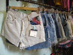 El  trabajo del Blue Velvet Vintage Clothing consiste en la recuperación de prendas vintage y de segunda mano adaptándolas a las tendencias actuales de diferentes formas, como por ejemplo añadiendo retales o todo tipo de abalorios y tachuelas.