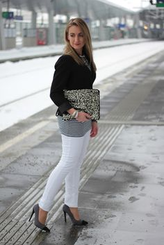 quite simple outfit Black White Stripes, Black And White, Wedding Fair, Flat Boots, Simple Outfits, White Jeans, Pumps, Vienna, Evergreen