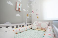 Fotos Dueto      Foto Fernanda Bozza                                       Super novo: Papel de parede Colméia        Super novo: bolin... Baby Bedroom, Baby Room Decor, Nursery Room, Girl Nursery, Girl Room, Girls Bedroom, Pastel Decor, Clouds Nursery, Kids Decor