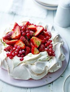 Yummy looking Pavlova dessert! Pavlova is a meringue-based dessert named after the Russian ballerina Anna Pavlova. It is a meringue cake with a crisp crust and soft, light inside, usually topped with whipped cream and fruit. Just Desserts, Delicious Desserts, Dessert Recipes, Yummy Food, Tasty, Summer Desserts, Cupcakes, Love Food, Sweet Recipes
