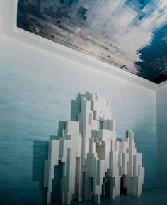 """UNDERWATER / Installation de Mathias Kiss / Marqueterie de papier au plafond, ceinture de miroirs, murs peints """"dégradé-délavé"""", console sculpture en bois laquée. (collection privée)"""