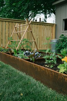 Most recent Free Raised Garden Bed steel Tips Raised beds are ideal for backyard gardeners who may have very poor ground (rocky, clay surfaces or maybe sand. Stone Raised Beds, Raised Flower Beds, Raised Garden Beds, Raised Beds Bedroom, Raised Bed Frame, Garden Wallpaper, Fresco, Garden Planters, Cheap Planters