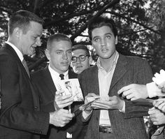 Elvis an  fans on the set of his movie Wild in the country  ( fall 1960 ).