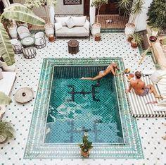 Linda piscina no hotel Le Riad Yasmine no Marrocos.