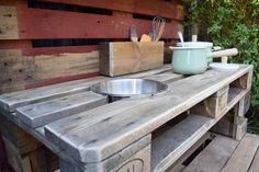 As summer draws to a close and autumn starts to creep in, I have the perfect make for you. How to make a mud kitchen out of pallets. Outdoor Play Kitchen, Diy Mud Kitchen, Mud Kitchen For Kids, Summer Kitchen, New Kitchen, Wooden Pallet Furniture, Wooden Pallets, Outdoor Furniture, Diy Toy Box