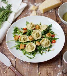 Selbstgemachte Tortellini auf einem Rucola-Salatbett