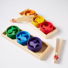 Fun rainbow sorting game by Grimm's. Using either hands or tweezers, sort out the wooden fish, stars & hearts by colour or shape into the bowls. Wood Kids Toys, Wooden Toys For Toddlers, Wooden Baby Toys, Toddler Toys, Grimm's Toys, Grimms Rainbow, Sorting Games, Wooden Fish, Small World Play