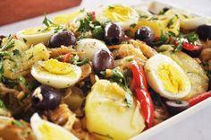 bacalhau assado no azeite com batatas azeitonas verdes/pretas e ovos cozidos e tomate? e pimentao? e cheiro verde?