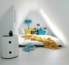 Schlafzimmer Auf Dem Dachboden Schlafbett In Der Nische Dachfenster  Puristisches Interieur