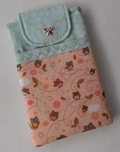 """Capa para tablet 7"""" com mix de estampa, coruja, borboleta e poá. <br> <br>-Feito com tecido 100% algodão; <br>- Estruturada com manta para deixar ele bem protegido; <br>-fecho com botão imantado; <br>- Duas repartições. <br> <br>PRODUTO PRONTA ENTREGA MAS FAZEMOS TAMBÉM SOB ENCOMENDA. SÓ ESCOLHER O TECIDO."""