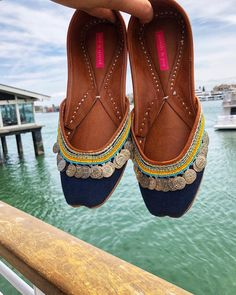 How to wear jeans with heels flats for 2019 Flat Sandals, Shoes Sandals, Flats, Indian Shoes, Pretty Summer Dresses, Jeans With Heels, Look Chic, Indian Designer Wear, Boat Shoes