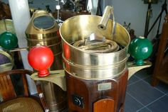 http://www.la-timonerie-antiquites.com/fr/antique/1098/grand-compas-de-timonerie-sur-fut-hartmann-hamburg