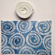 wood printmaking Swirl stamp with watercolor Clay Stamps, Stamp Printing, Printing On Fabric, Fabric Painting, Fabric Art, Encaustic Painting, Homemade Stamps, Potato Print, Stamp Carving
